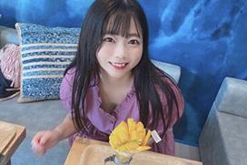 【画像】パフェを食べようとしてる女の子の胸元からおっぱいが見えそうwww