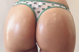 プリンプリンなデカ尻を持つ外人お姉さんの芸術的な尻肉を楽しむ画像