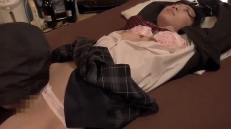 目を覚ますとマンコを舐められてる女子校生