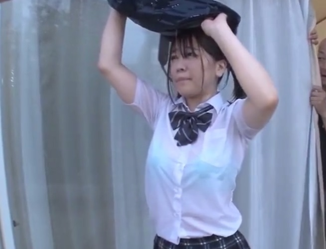雨でビショ濡れの女子校生