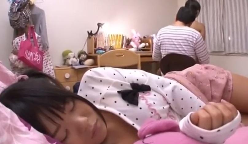 妹が寝てる側でエッチしてる姉
