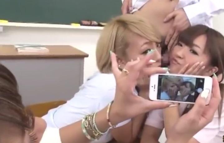 顔の真横にチンポ出してカメラに写り込む
