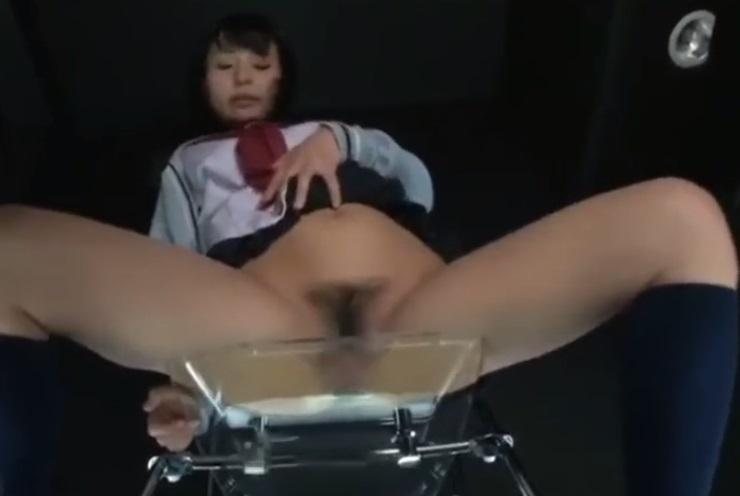 ガラス椅子に座ってる女子校生