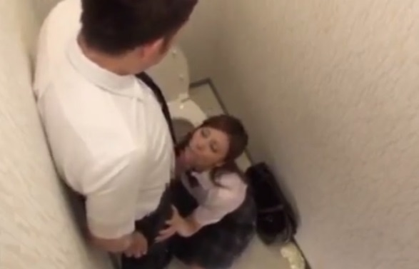 個室トイレでチンポ咥えてる女子校生