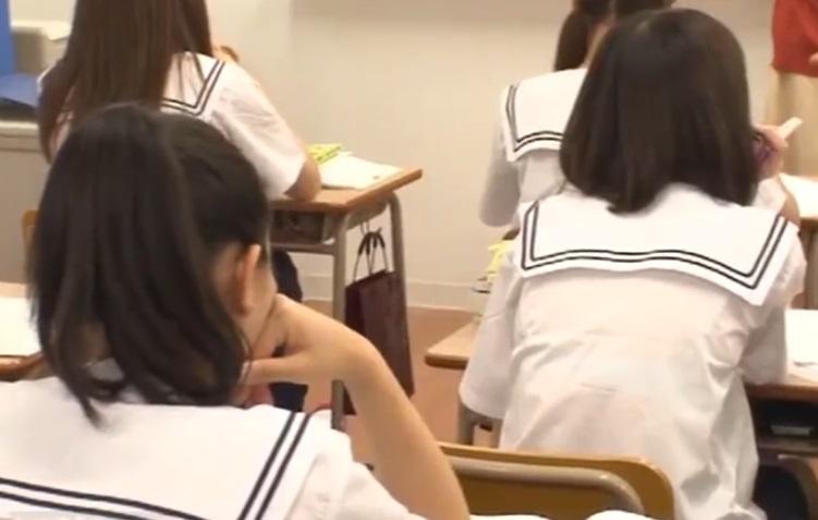 授業を受けてる女子生徒たち