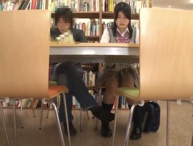 図書館でJKに接近するチカン師
