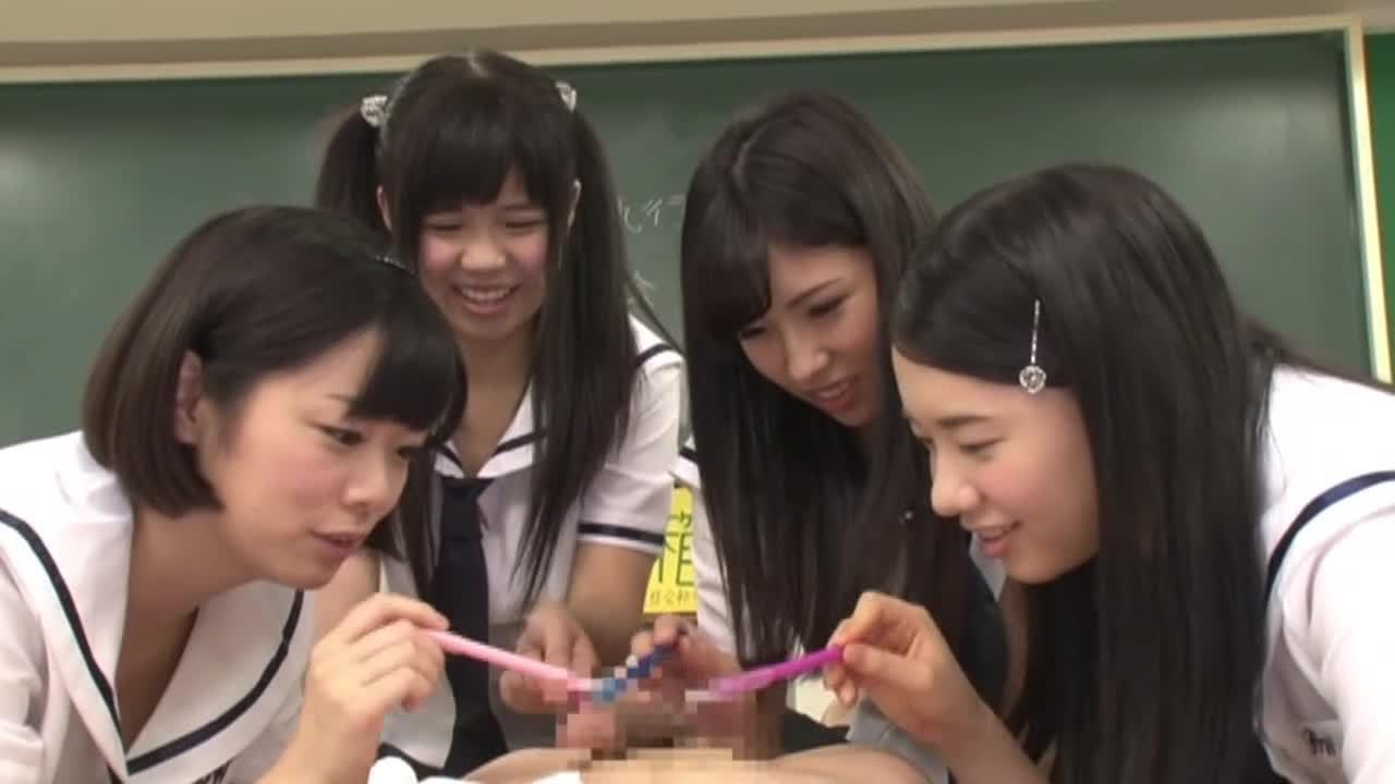 ペンでチンポをつついてる女子校生