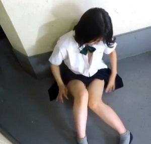 マンション屋外の一角でスカートをまくり上げオナニーする制服美少女