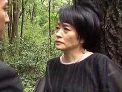 ダイスキ!人妻熟女動画 : 五十路妻が亡き夫の墓前でオナニーするのがバレ息子と青姦セックス 花岡よし乃