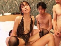 ダイスキ!人妻熟女動画 : スレンダーな五十路熟女が大勢の男たちの前でガン突きされまくる! 麻生まり
