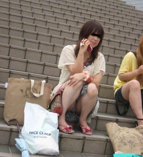 【街中パンチラ盗撮エロ画像】美脚の素人お姉さんがミニスカで座り込んで太ももの奥が丸見えだったので隠し撮りwww