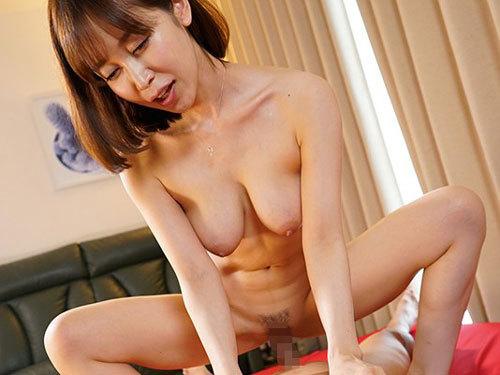 篠田ゆう 巨乳痴女お姉さんがすんごい乳首責めで中出しを誘う連続膣搾り