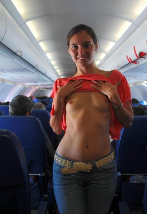 【画像あり】飛行機内で我慢できずに露出に走る変態まんさんをご覧くださいwwwwwwwwwwww