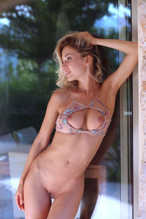 透け乳首でキレイな生足の金髪美女、脱いだら美巨乳+美尻+クビレ!期待以上にエロい身体してたwww # 外人エロ画像