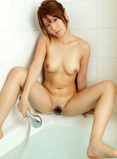 おっぱい丸出しでシャワーを股間に当てる女子22