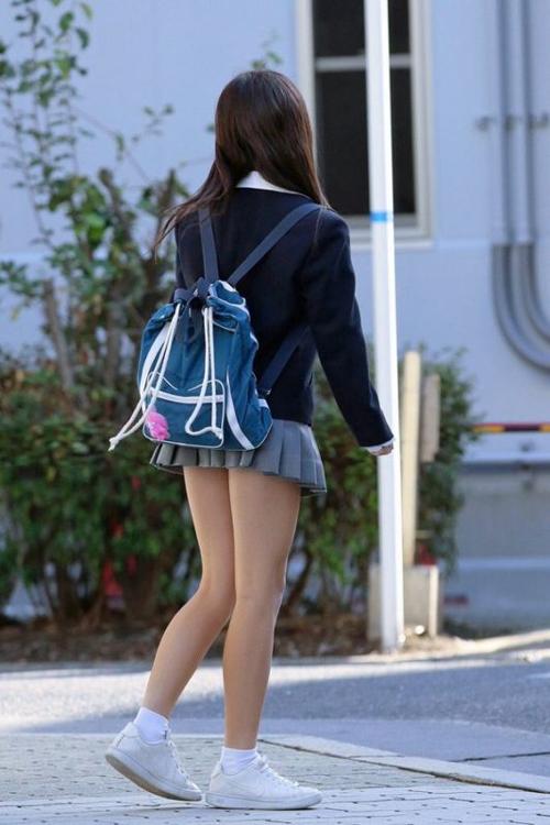 【街撮りJKエロ画像】みんなが大好きな女子校生の通学帰宅の時間を狙って素敵な生脚を盗撮www