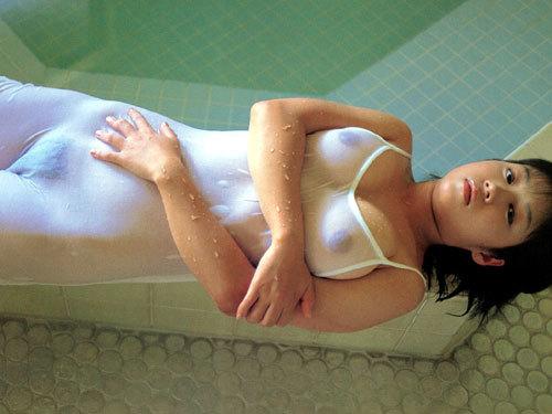 水に濡れておっぱいがスケスケで乳首が丸見え♪