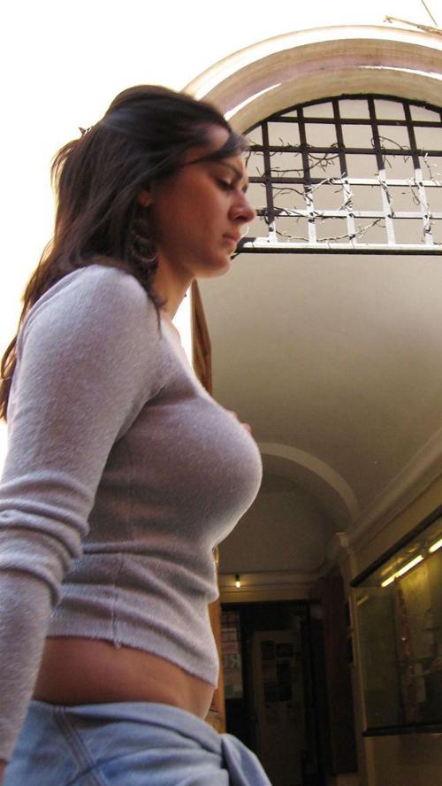 【海外着衣巨乳盗撮エロ画像】美女のデカパイが気になって自然と胸元を見てムラッとするぜぇwww