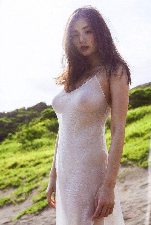 【画像】惜しげもなく「乳首を披露」した人気女優たち