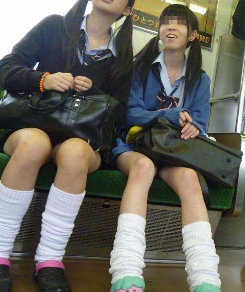 【電車内JK美脚盗撮エロ画像】思わずドキドキする制服女子校生たちの生脚…見放題だからガン見しまくるwww