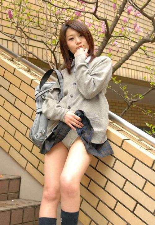 自らスカートをめくって今日のパンティ見せちゃう女www(画像30枚)