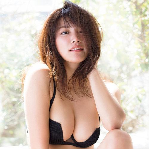 久松郁実ビキニからこぼれそうな巨乳おっぱい♪