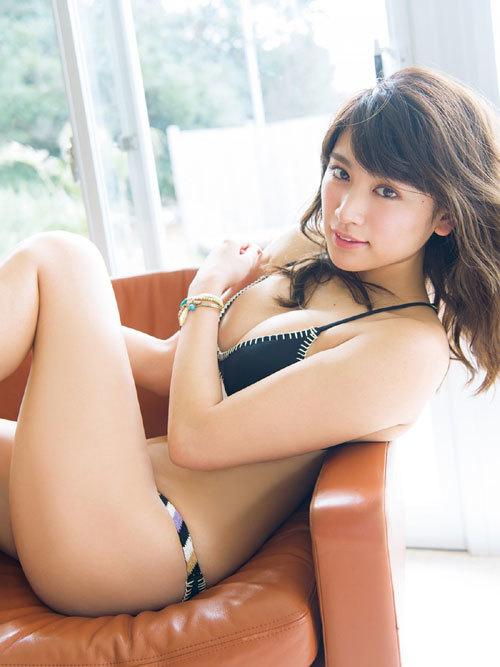 久松郁実ビキニからこぼれそうな巨乳おっぱい10