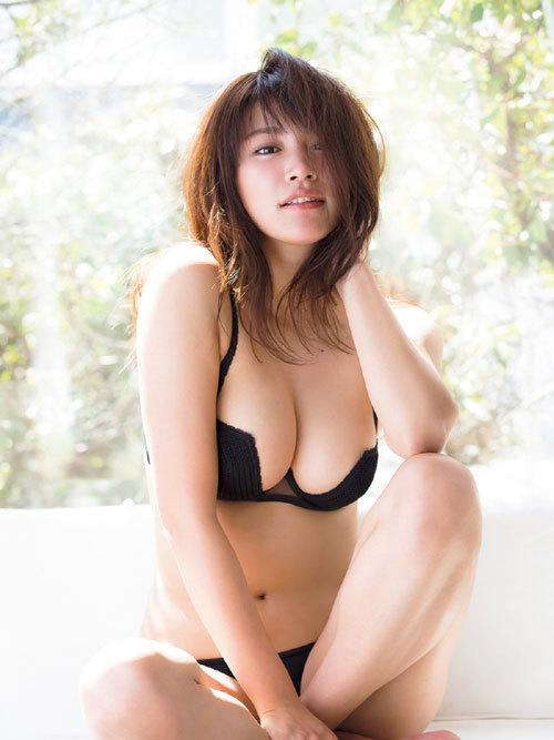 久松郁実ビキニからこぼれそうな巨乳おっぱい16