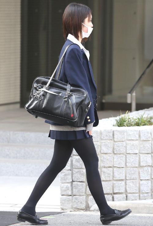 【JK黒パンストエロ画像】女子校生の生足も捨てがたいが黒パンストに包まれてるのも興奮するなwww