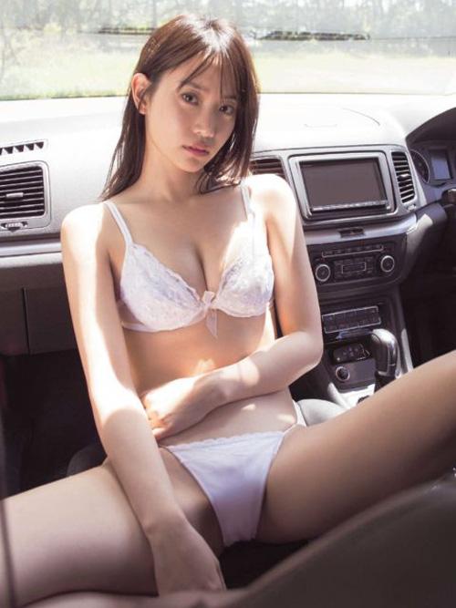 永尾まりやさん(23)ビキニでヤンキー座りwwww2ch「本性丸出しwww」「ビッチだろwww」