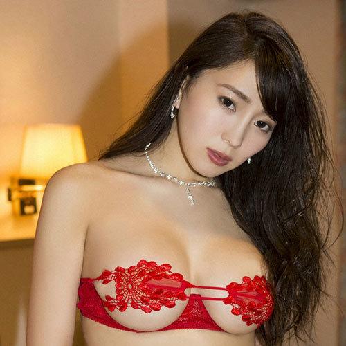 森咲智美 Gカップのおっぱいが変態下着からこぼれ出てる下乳に釘付け