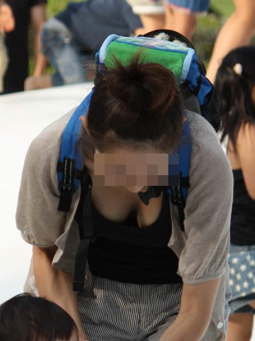 【奥様胸チラ盗撮エロ画像】人妻の色気たっぷりな胸の谷間が丸見え…巨乳がポロリ寸前www