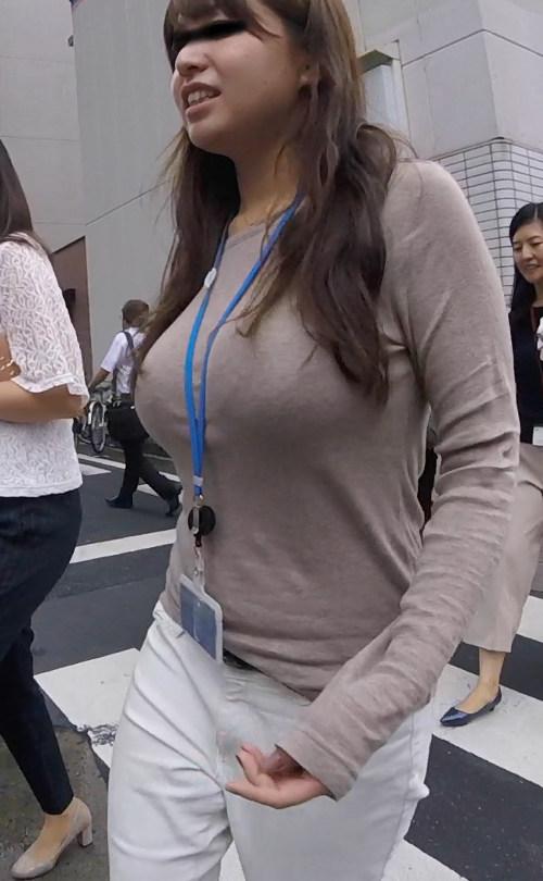 服の上からでも分かる巨乳・美乳のエロ画像
