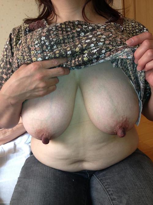 熟女の勃起乳首画像!デカくて長い乳首がビンビン!!(35枚)
