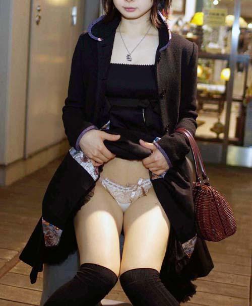【下着見せエロ画像】照れながら自らスカート捲ってパンツを見せる素人女性の股間に釘付けwww