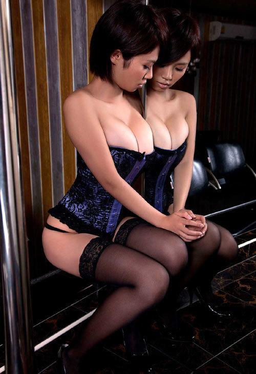 鏡に写ったおっぱいとお姉さんの生おっぱいに興奮9