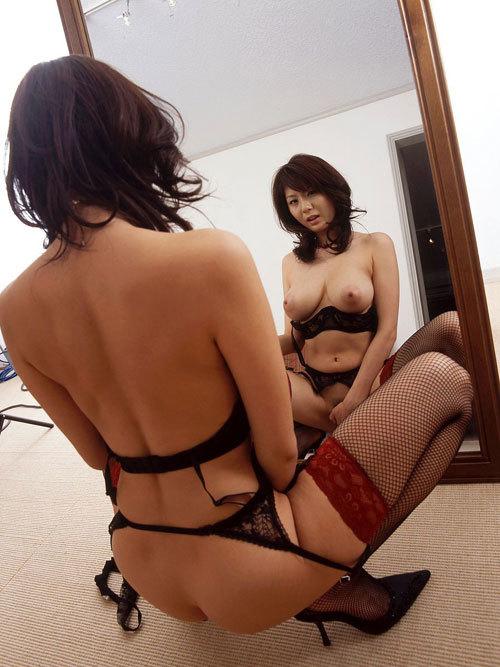 鏡に写ったおっぱいとお姉さんの生おっぱいに興奮13