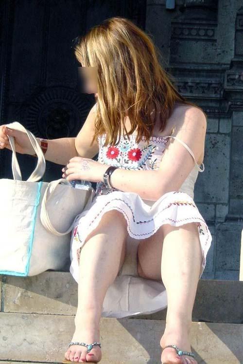 【パンチラ盗撮エロ画像】スカートでしゃがんでる女の子は見逃し厳禁…下着が見えてるから股間に注目www