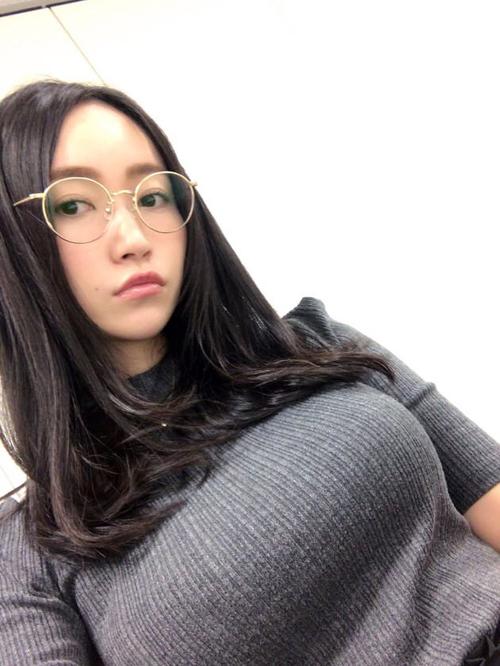 巨乳グラドルのニット・セーターの着衣巨乳画像35枚