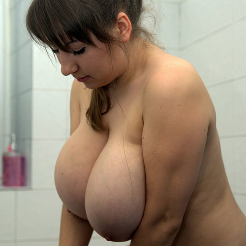 おっぱいデカ過ぎな外人さんがシャワールームでエッチな事しちゃってる