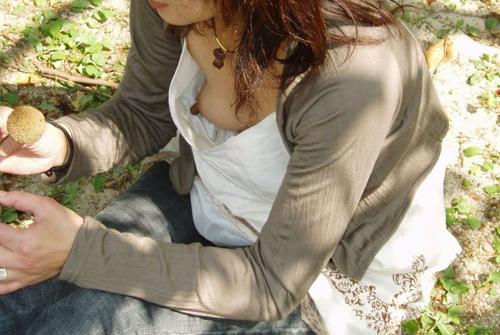 【素人胸チラ盗撮エロ画像】女性の乳首と乳輪が完全に丸見えでラッキーすぎるwww
