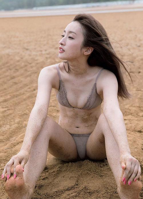 【梅田彩佳】大胆露出で新境地【お尻見せつけ】