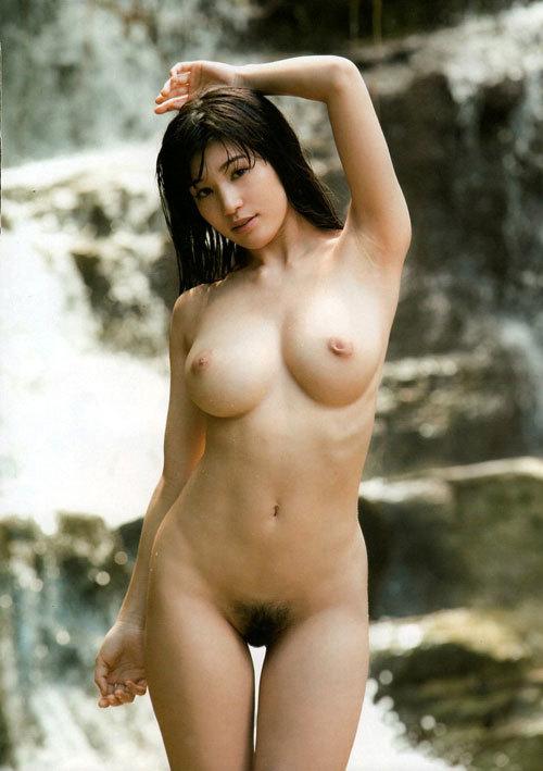 全裸でおっぱいとアンダーヘア丸出しのおねえさん1