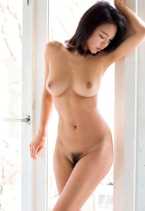 全裸でおっぱいとアンダーヘア丸出しのおねえさん14