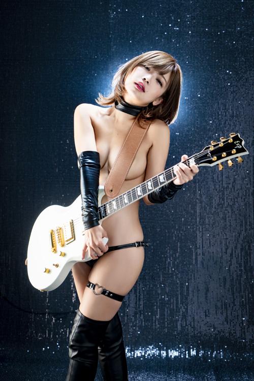 藤田恵名ギターヌードで熱唱!月収45万!