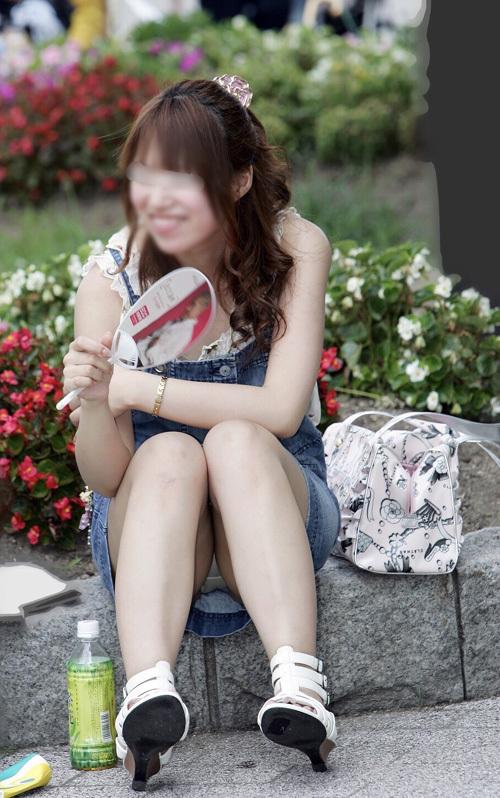 【パンチラ盗撮エロ画像】スカート女子がしゃがんだ時に見える股間の膨らみが卑猥なパンツwww