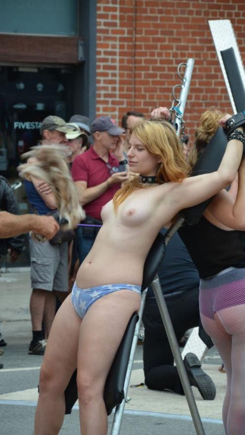 街中で公開SMプレイをしている海外女性のドMさが半端ないwwwwwwwwwwww