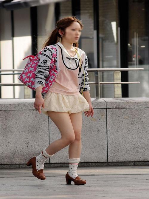 【お姉さん美脚エロ画像】スタイル抜群の美女がミニスカートでイヤらしい生脚を男達に見せつけるwww