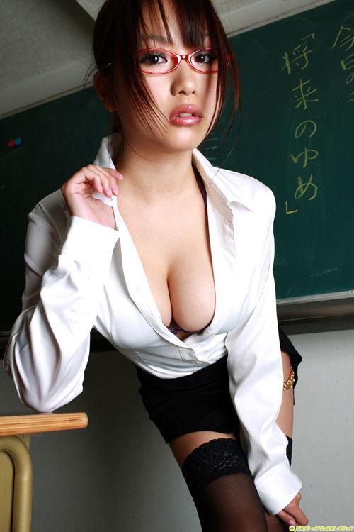 おっぱい丸出しの女教師がエッチな授業してる1