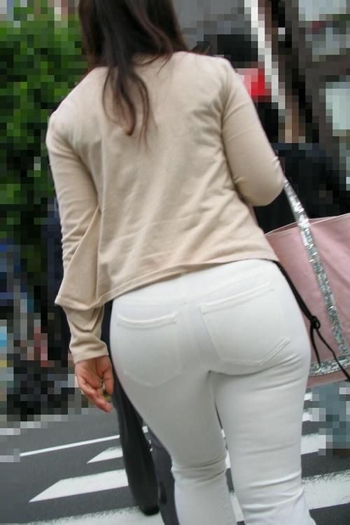 【街撮りお尻エロ画像】ハリのあるムチムチ巨尻の素人お姉さんを見つけて街撮りしたwww